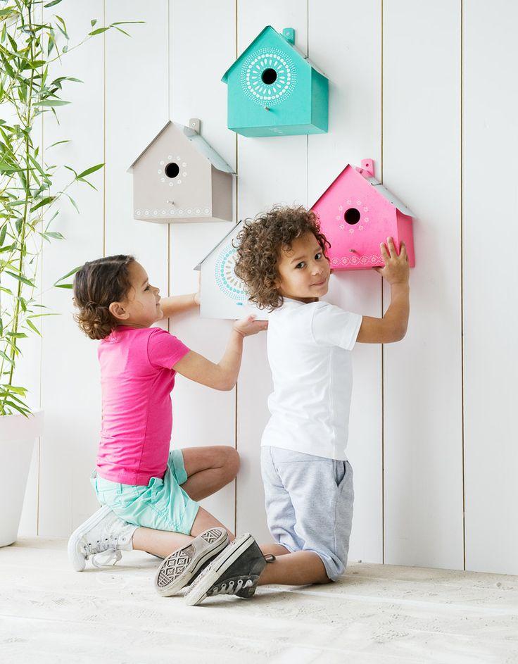Geef de vogels een eigen plek in de tuin met deze leuke vogelhuisjes. Zo vrolijk je gelijk een saaie muur of schutting op
