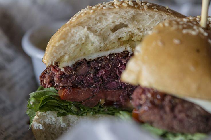 El tío Fletch inventó la hamburguesa como la conocemos. ¿Podrá el restaurante chileno crear un nuevo concepto, pero en clave veggie? Había solo una manera de saberlo. La búsqueda del bajón vegetariano perfecto sigue su curso. Una duda que siempre asalta a los comensales de Uncle Fletch es: ¿El restaurante es chileno o gringo? Acostumbrados …