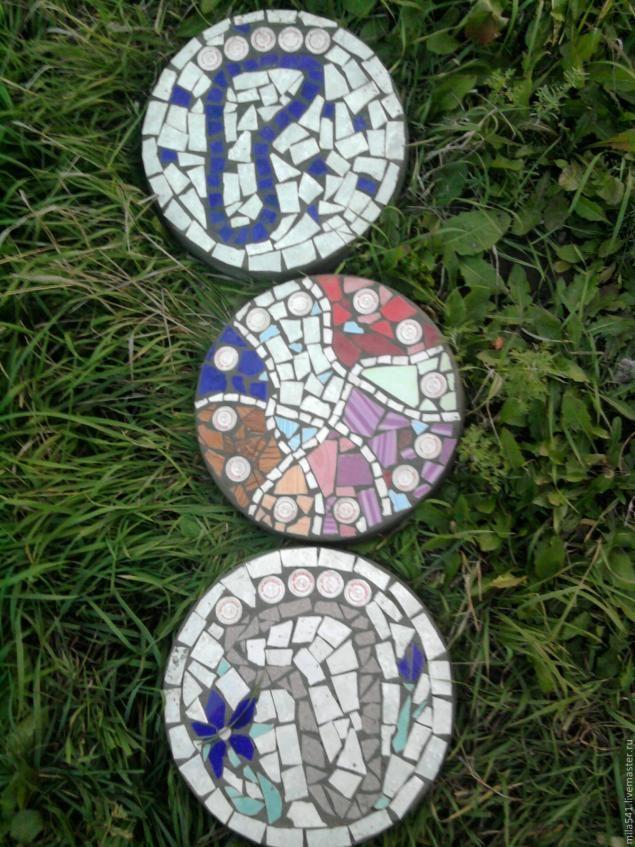 Захотелось на даче не скучных бетонных дорожек, а красивых забавных, цветных. Решила набирать мозаичный рисунок из разноцветного кафеля. Самое трудное было купить разноцветный бой кафельной плитки. Покажу как я набираю, фиксирую мозаичный рисунок и отливаю плитки. Запаслась формами, это пластмассовые тазы , и маленькие квадратные формочки для остатков раствора.