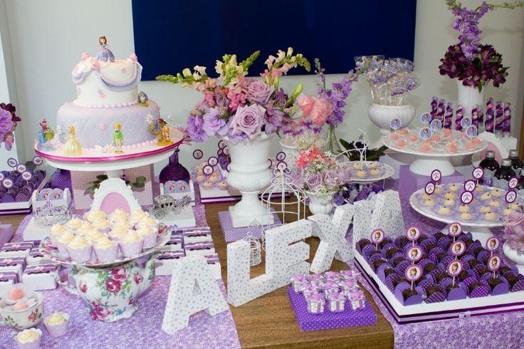 Flores naturais e misturas de estampas tornaram delicada a mesa do bolo inspirada na Princesinha Sofia