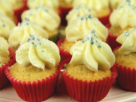 Smarriga små cupcakes med smak av kokos. (Det bästa med små bakverk är att man kan äta många fler..).