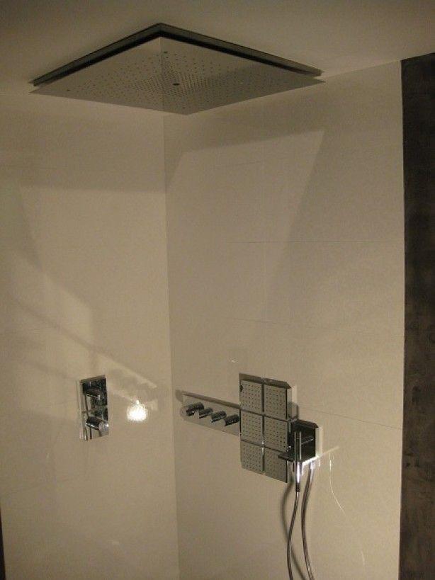 Voor een badkamer zonder voegen is beton ciré de ideale waterdichte stuc. Met de uitstraling van tadelak, vormt het door impregnatie van de wanden en/of vloer een waterdicht geheel. Badkamer uitbreken is niet nodig om beton-ciré aan te brengen. Na ontvetten van tegels rechtstreeks op bestaand tegelwerk.