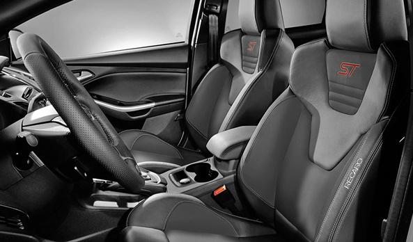 Con asientos RECARO® que te harán sentir como en un auto de carreras pero con el confort de un auto de lujo. #Ford #FocusST013