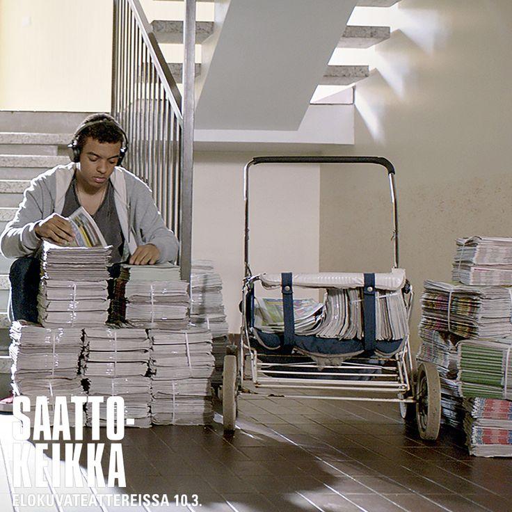 Kamalin tähtäimessä on päästä isänsä luokse Nairobiin, mutta jostain pitäisi saada rahat kasaan matkaa varten. Ratkaisu löytyy yllättäen naapurista. ✈️💰  Konkarinäyttelijä Heikki Nousiaisen ja räppäri Noah Kinin tähdittämä lämminhenkinen draamakomedia SAATTOKEIKKA elokuvateattereissa nyt 🎬         @NordiskFilmFi