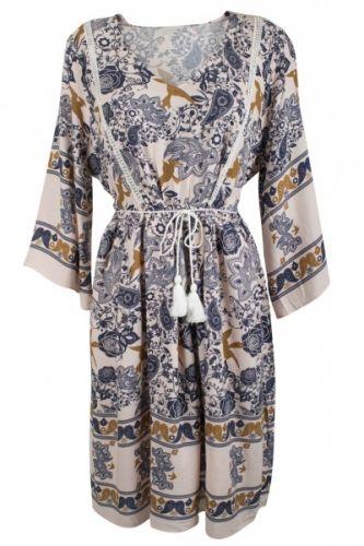 Nydelig knelang kjole med strikk i midjen - Rosa og blå toner - Gull-fugle print - Hyssing med dusk under bysten - Blondedetaljer - Flatterende snitt - God passform - To lag på underdel 100% viskose Linning: 100% polyester