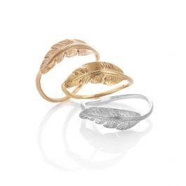 """""""Pocahontas"""" ring med lille fjer. Vælg mellem 18 kt gult eller rosa guld og lyst eller oxideret sølv. Fjeren er ca. 18 mm lang og 6 mm bred.<br />Pris: 800,- i sølv og 2500,- i guld</p> <p>Køb den med en lille brillant <a href=""""http://milasjewellery.dk/da/ringe/181-pocahontas-ring-med-brillant.html"""">her"""
