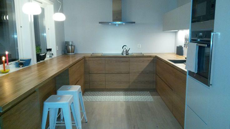 """STUDIO10 eik med grep, og malt mdf på høyskap og overskap. Et vakkert kjøkken hvor benken ble som et """"møbel"""". Her blir det hyggelig å lage mat med hele familien. #ikea #metod #studio10 #kjøkken #eik"""