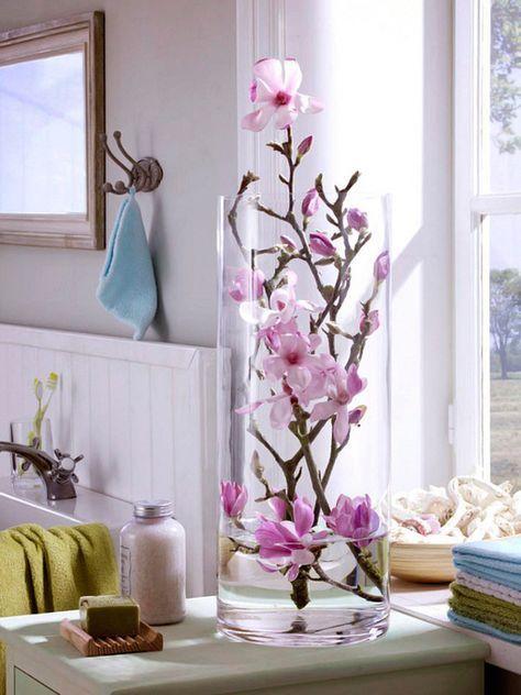 Jarrones de cristal con flores sumergidas: ramas en flor