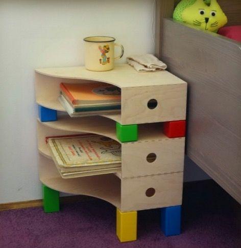 table de nuit diy chambre enfant ikea hack. inspiration chambre d'enfant rangements bureau détourné table de chevet bleu vert rouge jaune  couleurs primaires