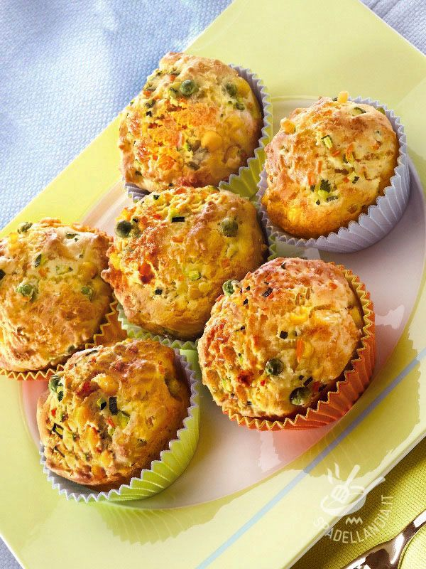 Cimentatevi nella sfiziosa ricetta dei Muffins colorati alle verdure. Essendo molto versatili, provateli reinterpretando gli ingredienti a piacere!