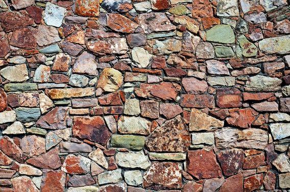 Colorfull wall of stacked natural stones in Bristol, England - Kleurrijke muur van gestapelde stenen in Bristol, Engeland.