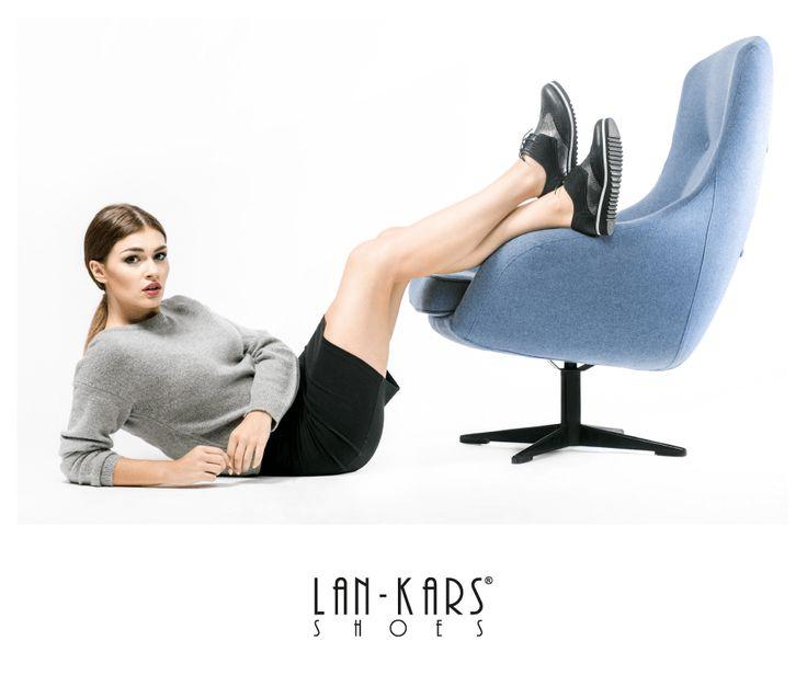 Czarno-srebrne oxfordy.  #shoes #black #silver #metalic #leather #fashion #chair #blue #woman #girl #photoshoot #oxford #style #skirt #sweater #grey #model #lankars