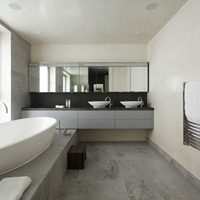Strictly neutral penthouse bathroom