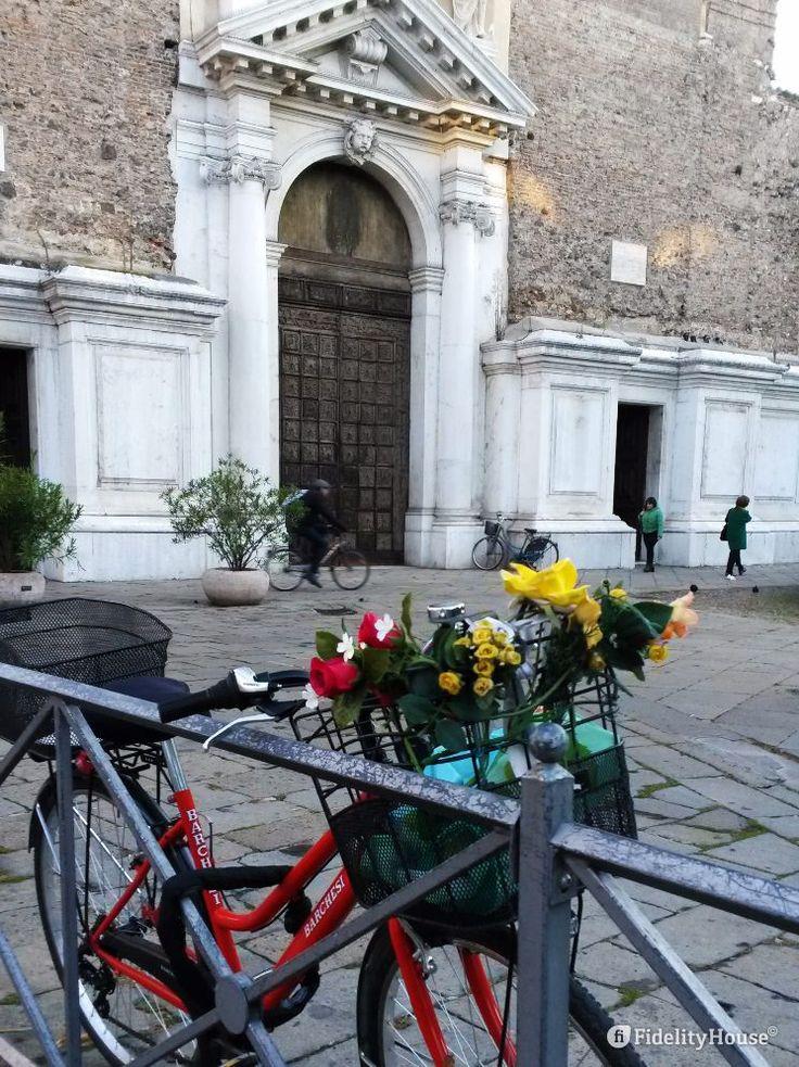 Un giro in bici, in Città, preceduto da una sosta alla Basilica di Santa Maria del Monte Carmelo. Il giorno comincia bene.