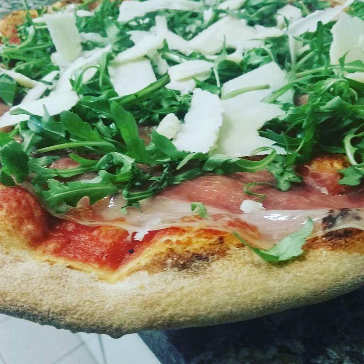 Crudo rucola e scaglie di grana #pizza #crudo #rucola #scagliedigrana #instafood #foodporn #larustica #agazzano #valluretta