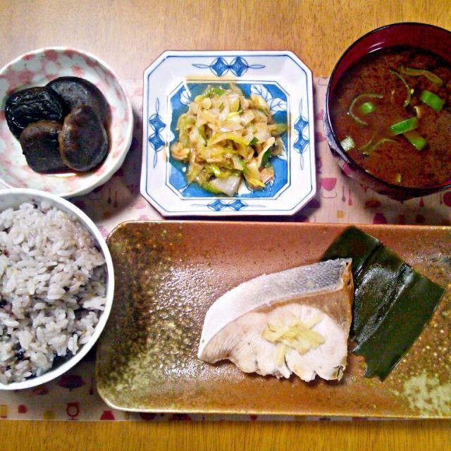 しじみは砂抜き甘かった… 残ってた牛そぼろも食べきった~ - 8件のもぐもぐ - 4月14日 鰤の塩煮 しいたけの旨煮 ネギサラダ しじみのお味噌汁 by sakuraimoko