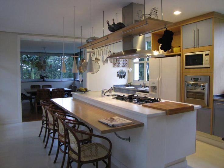 Cozinha Ilha: É colocada a meio da cozinha e tem múltiplos usos: espaço de refeição, bancada de trabalho, de convívio ou mesmo para cozinhar, sendo muito utilizada para colocar a placa do fogão e o exaustor ou até o lava-louça. A zona inferior da ilha pode e deve ser aproveitada para guardar bancos de apoio, para embutir armários, gavetas ou prateleiras abertas; para que a ilha não acabe por ser um grande incômodo devem existir, pelo menos, 120 cm de espaço livre a rodeá-la.