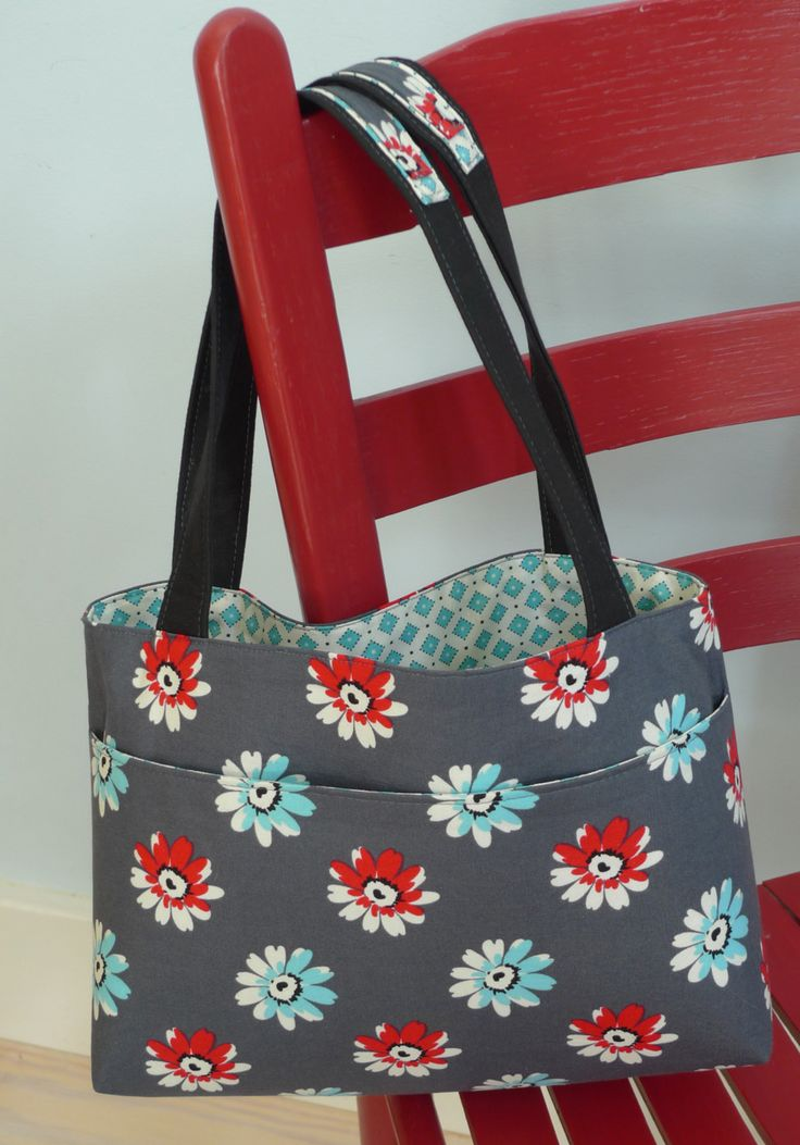 A Free Handbag Pattern For the Masses!  -- ooh, look how nicely she matched up the pattern.