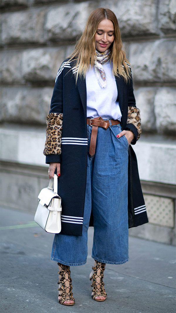 Street style look calça jeans cropped, t-shirt branca, overcoat, lenço, sandália animal print e truque de stylling com cinto amarrado.