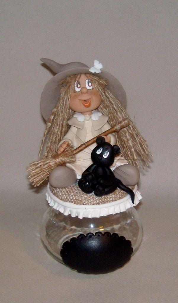 Pour les passionnées de sorcière Un cadeau original et qui fera toujours plaisir... réf:9275 35 € en stock dimension: 9cm de diamètre / 16H Le couvercle est recouvert de jute et d'un volant, sur le pot une étiquette tableau noir pour personnalisation...