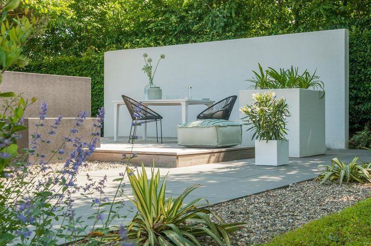 Tuinsfeer - natuursteen in de tuin #terrastegels #sierbestrating