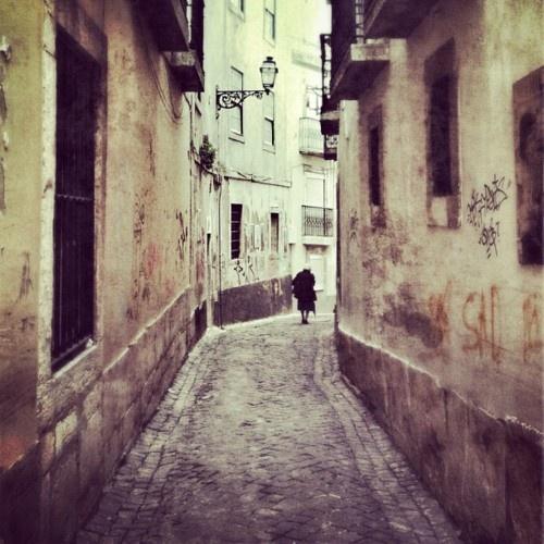 a solidão esconde-se por entre as paredes...