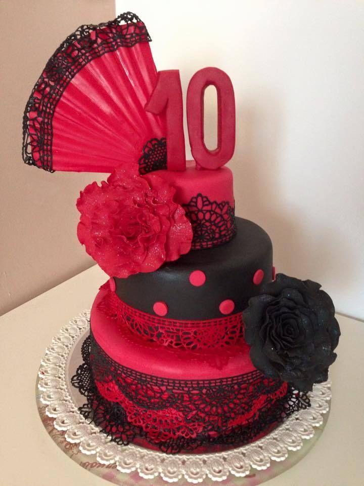 Cake design Flamenco C'est toujours un plaisir de refaire cette pièce montée sur le thème du Flamenco composée de madeira cake fourré de ganache chocolat et chocolat blanc vanille -éventails et roses en gumpaste -dentelle comestible -les roses sont faites...