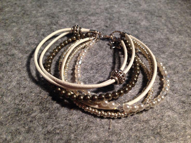 Boho Bracalet mit verschiedenen Perlen und weissem Leder.