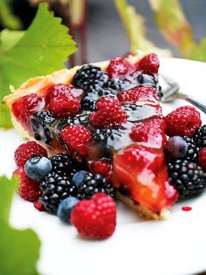 Beerentarte mit rot-blauen Früchten