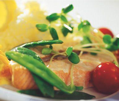 Lax i grönsakssås är ett utomordentligt gott och rikt recept som du kommer att älska. Såsen är fyllig och har många hänförande ingredienser som till exempel morot, fänkål, rotselleri, vitt vin och crème fraiche. Smarrigt och fylligt!
