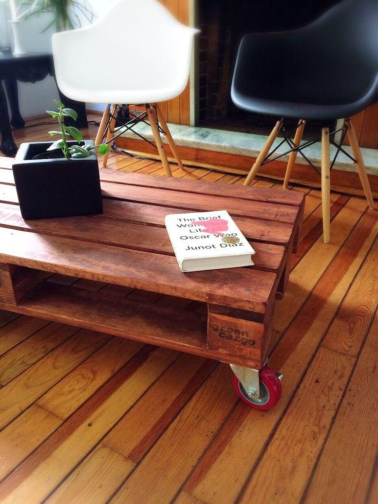 CARGO CENTER. Mesa de centro hecha a mano con madera de 1ª calidad, inspiración en pallet, con sellos tipo cargo y ruedas rojas. www.facebook.com/TreebonesPallets  Pedidos ---> treebonespallets@gmail.com