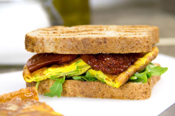 Avete mai provato il panino con la frittata? Crea dipendenza! Abbiamo pensato all'omelette sandwich che si presta per un picnic o una serata amici e TV