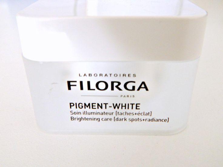 Filorga is een merk waar ik gemengd enthousiast over ben. Filorga Eyes viel mij een beetje tegen, maar ik heb ook producten van Filorga gehad die ik heel goed vond. Toen ik las dat ze iets nieuwshadden tegen pigmentvlekken vlogen mijn voelsprieten weer de lucht in… Zal dit hem worden? De claim: 1- Corrigeert pigmentvlekken beter dan hydroquininedankzij de sterke oplichtende werking van hexylresorcinol, die de melatonine productie diep in de huid reguleert. Het is langdurig en compleet…