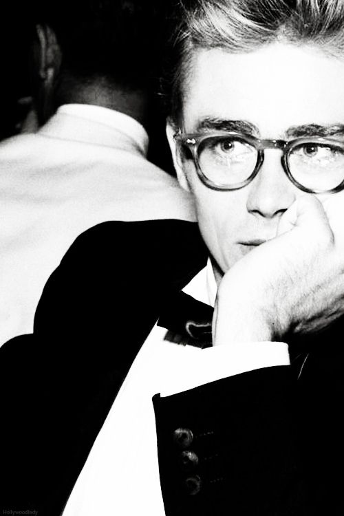 James Dean con #gafas en una foto de 1955 #celebrities                                                                                                                                                                                 Más