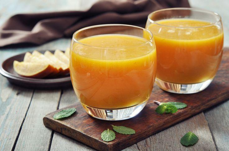 Кажется, что приготовить сок или смузи элементарно: нужно забросить все ингредиенты в чашу блендера или сопло соковыжималки. На самом деле есть ряд секретов, о которых стоит знать.