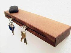 Schlüssel steckt im Holz, Holz hängt an Wand. Praktische Variante die Schlüssel elegant zu versorgen, und sofort auch wieder zu finden. Wird mit A