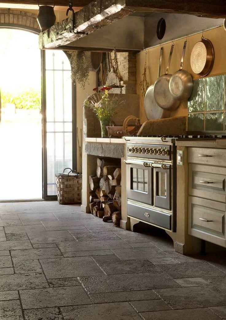 Dieser Küchenboden wurde mit gebürsteten Platten vier Formaten verlegt