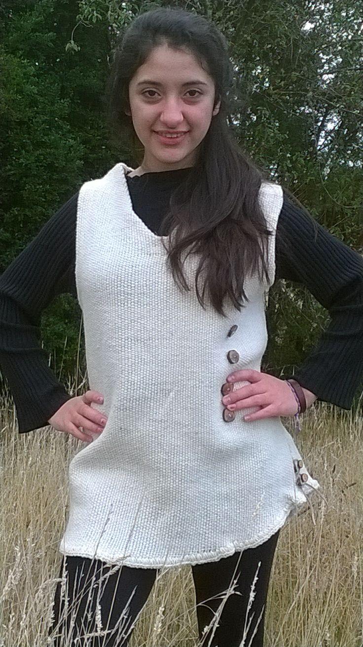 Jumper corto Confeccionado en telar mapuche , en lana natural. Con botones de madera