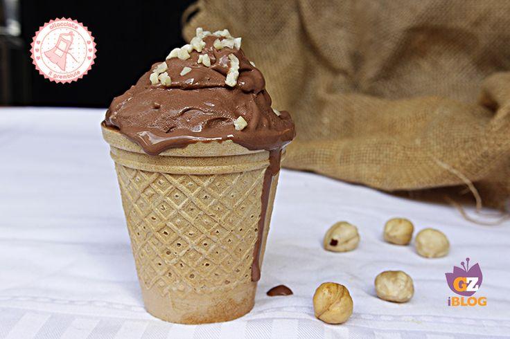 Il gelato al bacio senza gelatiera è facile e velocissimo, è senza uova e pieno di noccioline croccanti che lo rendono ancora più goloso.