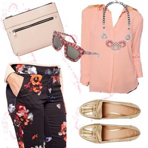 outfit delicato, dai toni rosati,i pantaloni fiorati  sono illuminati dalla blusa color cipria, i mocassini dorati i , donano brillantezza la clutch e gli occhiali in tinta rendono il tutto particolare! Vi piace?
