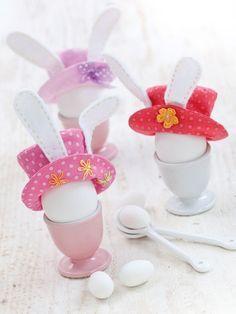 Zu Ostern werfen sich auch Frühstückseier gern mal schick in Schale. Ist ihnen mit diesen zauberhaften Kopfbedeckungen definitiv gelungen.