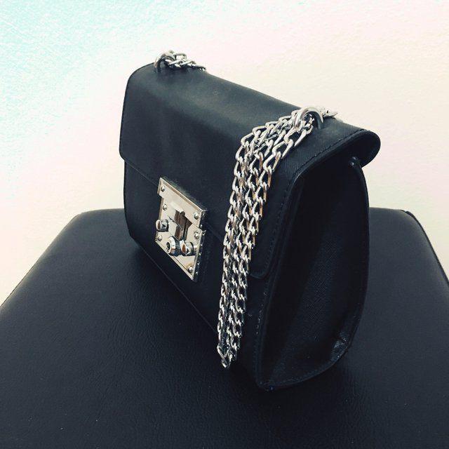 35c70e692 Ciao ragazze 🤗 Vi propongo questa borsetta a tracolla con catena e  dettagli argentati Ecopelle Ottime condizioni #borsa#tracolla#nera #particolare