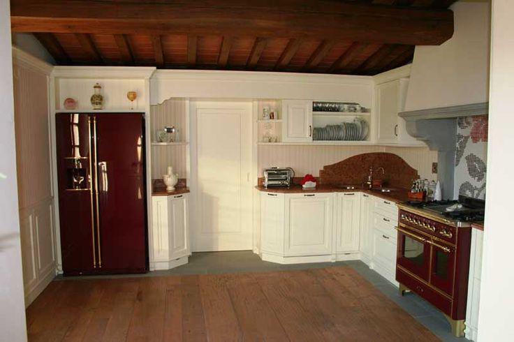 Cucina con verniciatura laccata con effetto consumato con colonnini lesene con capitello --> http://ow.ly/SErtr