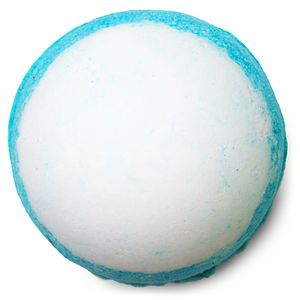 Take a dip into the deep blue sea of our Big Blue Bath Bomb for an inspiring getaway to the seashore. Lavender is instantly relaxing on the body and mind, and lemon oil helps to keep you afloat. For a truly authentic experience, we've added in some of nature's finest ingredients – sea salt and seaweed. Packed with minerals, salt helps the body rid itself of toxins, while seaweed softens and soothes your skin.