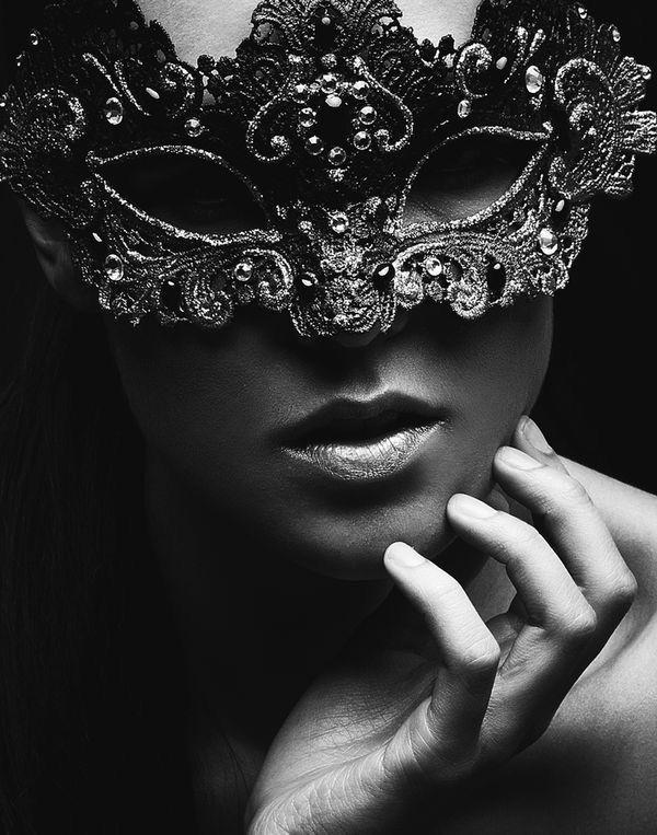 Черно белая девушка в маске