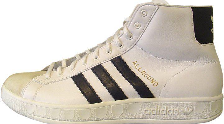 Der Adidas Allround war der 80er Jahre Kult-Schuh überhaupt. Jeder aus der Generation Golf der hipp sein wollte trug den Sneaker mit den drei Streifen und dem hohem Schaft, der an Basketball Turnschuh erinnert. Zu dem Hype haben sicherlich auch Bands wie Run DMC beigetragen, die den Adidas Allround gerne auch ohne Schnürsenkel trugen. Adidas…