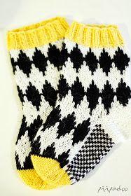 Koska tytär sai uudet sukat, oli pojankin saatava omansa. Ja juuri sopivasti ensimmäisten räntäsateiden myötä! nämä salmiakkisukat taisivat...