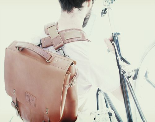 (ENG) - Inspired in the simple and functional aesthetics of a Messenger, Candeeiros backpack is the perfect XMAS gift. With a timeless and versatile design it allows multiple uses. The two removable handles could be changed according to utility that it's pretended. For Bike and Sport (crossed on the back), Casual (on shoulders) and Business (just one handle to use as shoulder belt). In the interior as a brand label which is dated and signed by the artisan who has made the piece. // (PT)…