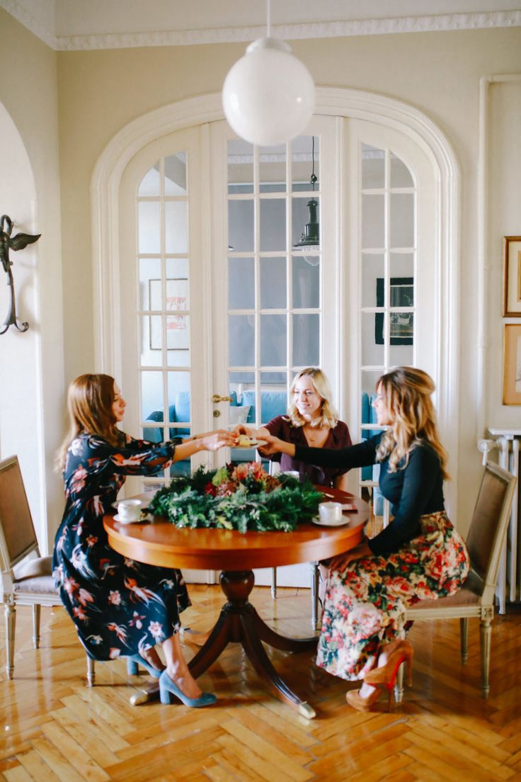 Photography - Assistance : SOVISUAL PHOTOGRAPHY | Photography : Anna Roussos Read More on SMP: http://www.stylemepretty.com/living/2016/12/18/getting-ready-for-the-holidays-tea-party/