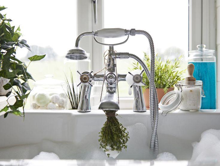 Frische Kräuter an einem Wasserhahn, u. a. mit VARDAGEN Dose mit Deckel  aus Klarglas.